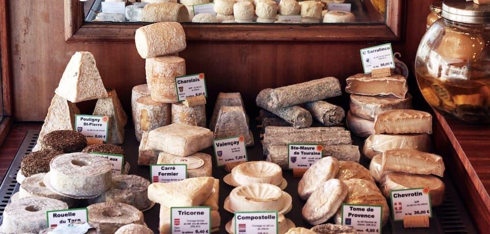 Verschiedene Käsesorten in einem Ladengeschäft